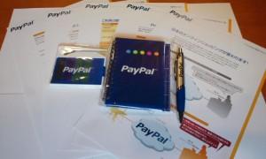 中にはPayPalに関する資料やPayPalロゴの入ったグッズが。